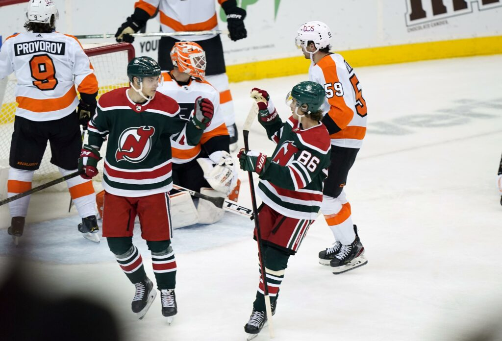 Devils snap 10-game skid in wild, 6-4 win over Flyers