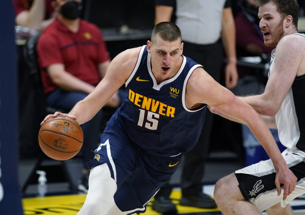 Jokic leads Nuggets to 8th straight win by beating Spurs