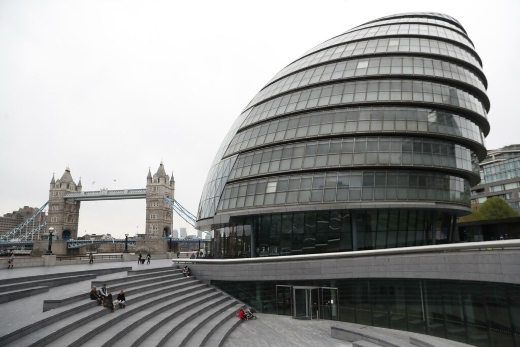 London votes for a mayor during crisis
